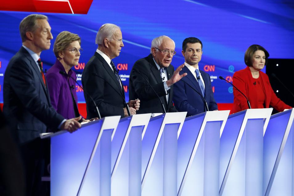 Die demokratischen Bewerber um die Präsidentschaftskandidatur - Tom Steyer (l-r), Elizabeth Warren, Joe Biden, Bernie Sanders, Pete Buttigieg und Amy Klobuchar - bei einer Fernsehdebatte der Demokraten vor Beginn der Vorwahlen.