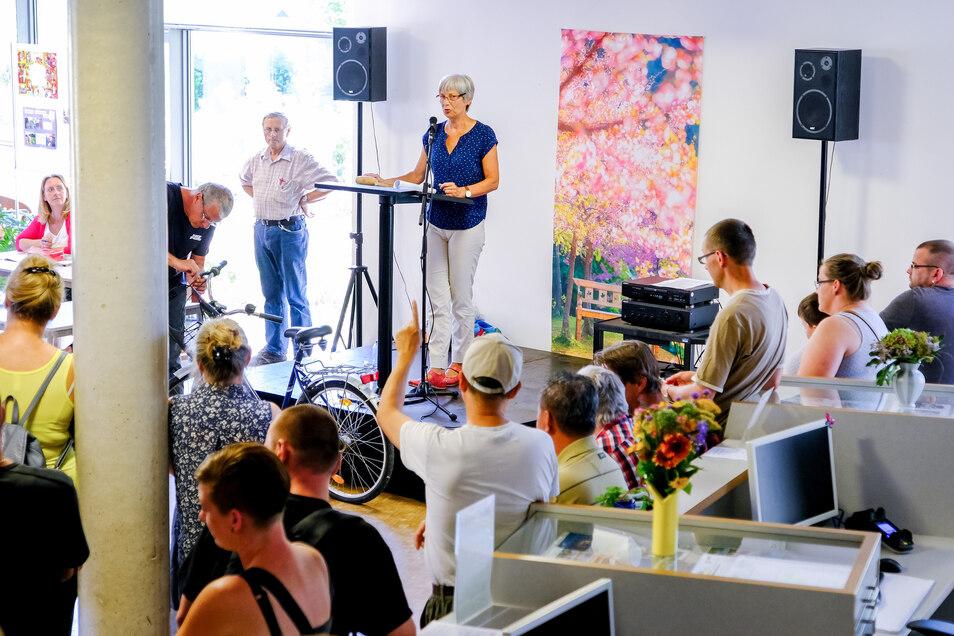 Bürgerbüro-Leiterin Petra Schanze versteigert am Sonnabend im Rathausfoyer, was seit mehr als einem halben Jahr im Coswiger Fundbüro schlummert. Dieses Damenrad mit Korb wurde schließlich für 67 Euro verkauft.
