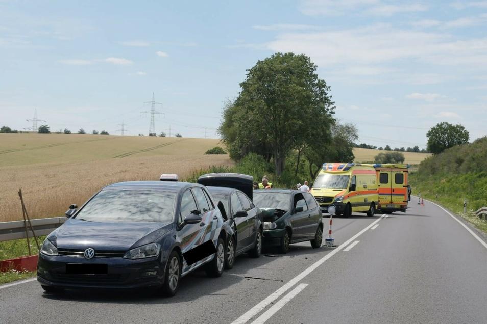 Drei Fahrzeuge fuhren ineinander. Zwei Rettungswagen versorgten die Unfallbeteiligten vor Ort.