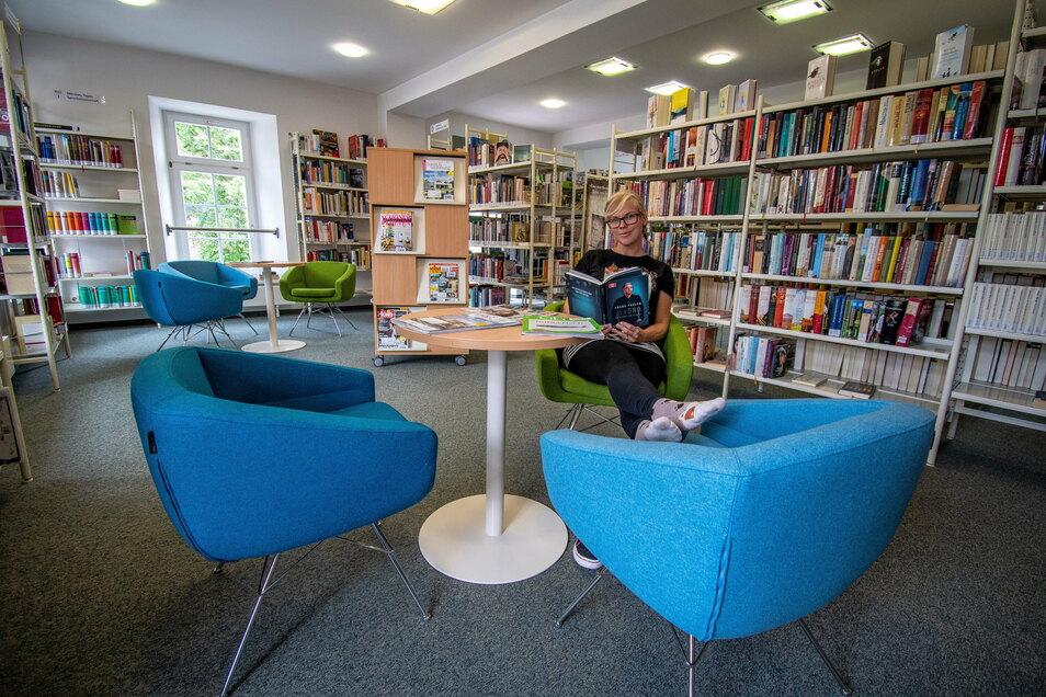 Die Mitarbeiterin der Harthaer Bibliothek Sophia Wolfram hat es sich in der neuen Leseecke der Erwachsenenbibliothek bequem gemacht. Auch der Bereich für die Kinder wurde aufgemöbelt.