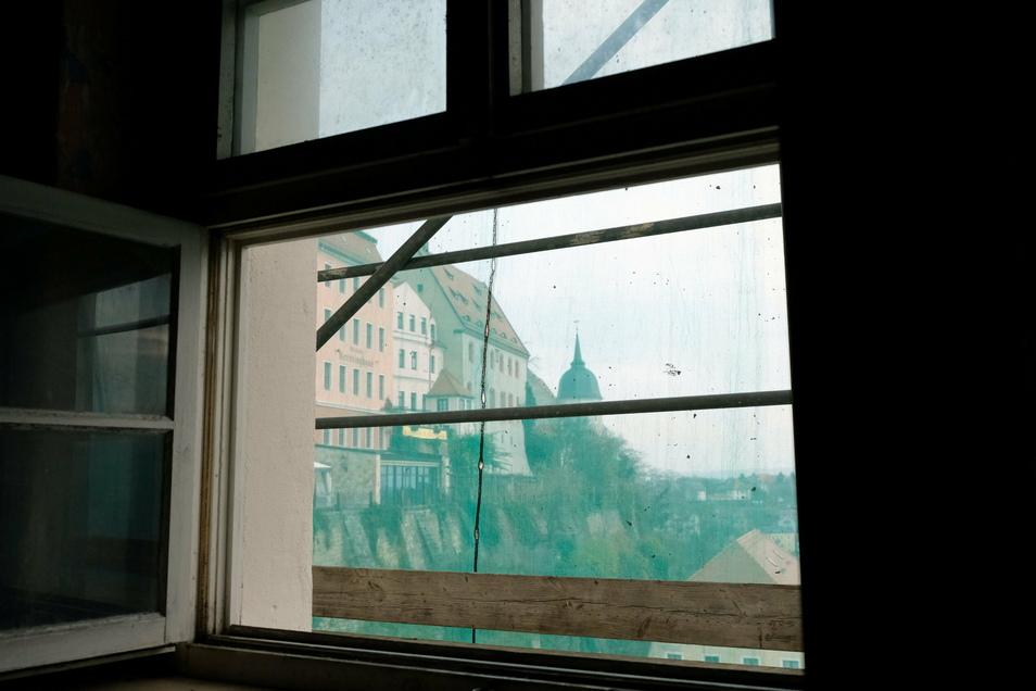 Direkt unter dem Dach eröffnet sich dem Besucher ein wechselndes Panorama. Durch die Fenster geht der Blick auf der einen Seite in Richtung Prälatenhaus. Auf der anderen Seite reicht er bis hinüber zum Crassoberg.