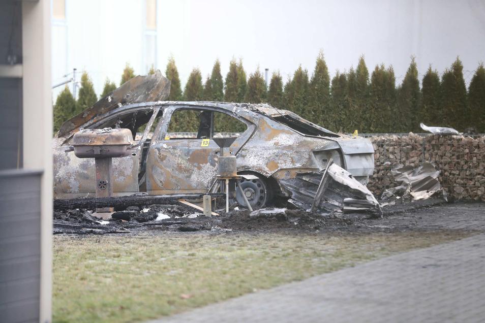 Die Feuerwehr konnte das Fahrzeug nicht mehr retten.