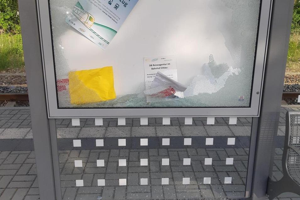 Die zerstörte Scheibe des Infokastens am Bahnhaltepunkt in Hirschfelde.