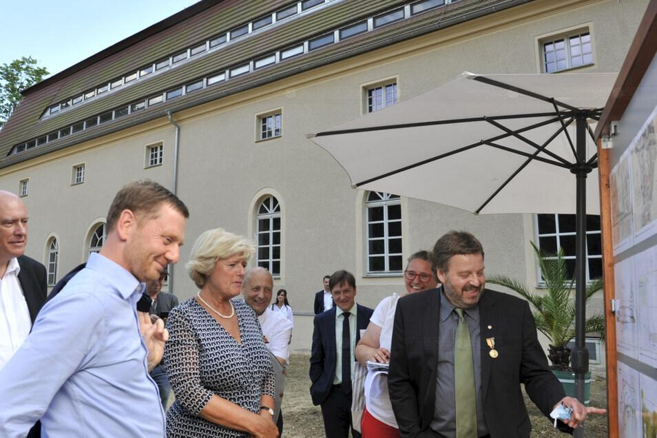 Beim Besuch im August 2020 hatten der Landeschef und die Bundesbeauftragte für Kultur und Medien Fördermittel für die Sanierung des Kavalierhauses zugesagt. Sehr zur Freude von Parkdirektor Cord Panning (re.), der ihnen die Planungen erläuterte.