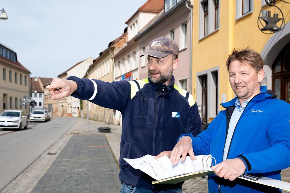 Seit dem Frühjahr ist auf der Goschwitzstraße in Bautzen gebaut worden. Marko Wroblewski (l.) von den Energie- und Wasserwerke Bautzen und Bauleiter Jörg Schneider sorgten für die Umsetzung der Pläne.