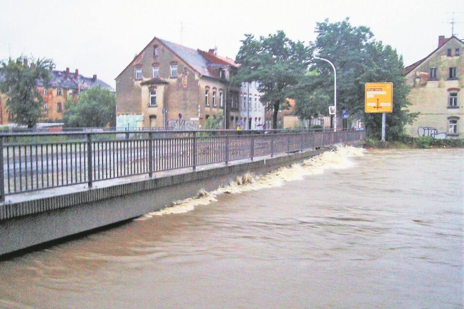 Hier schwappte die Mandau schon an die Brücke der Goldbachstraße in Zittau. Wenige Tage zuvor floss sie noch friedlich in ihrem Bett. Kleines