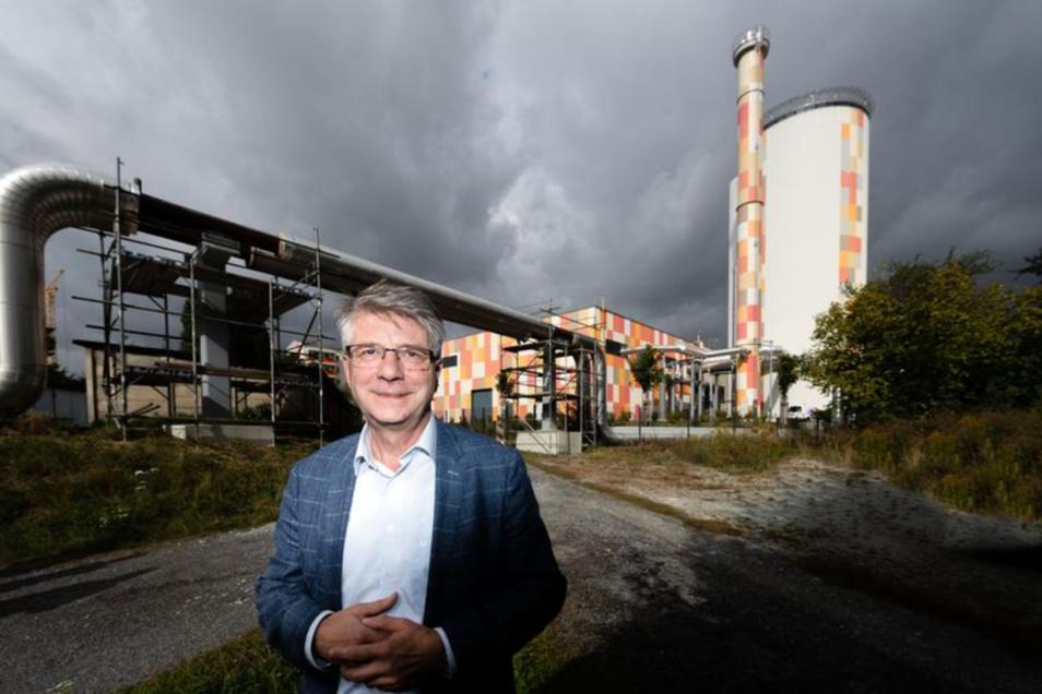 Seit drei Jahren gehört das Kraftwerk der Energie- und Wasserwerke (EWB) an der Thomas-Müntzer-Straße zum Bautzener Stadtbild. Auf der Fläche dahinter (hier rechts im Bild) sieht EWB-Chef Volker Bartko noch Potenzial für die Zukunft.