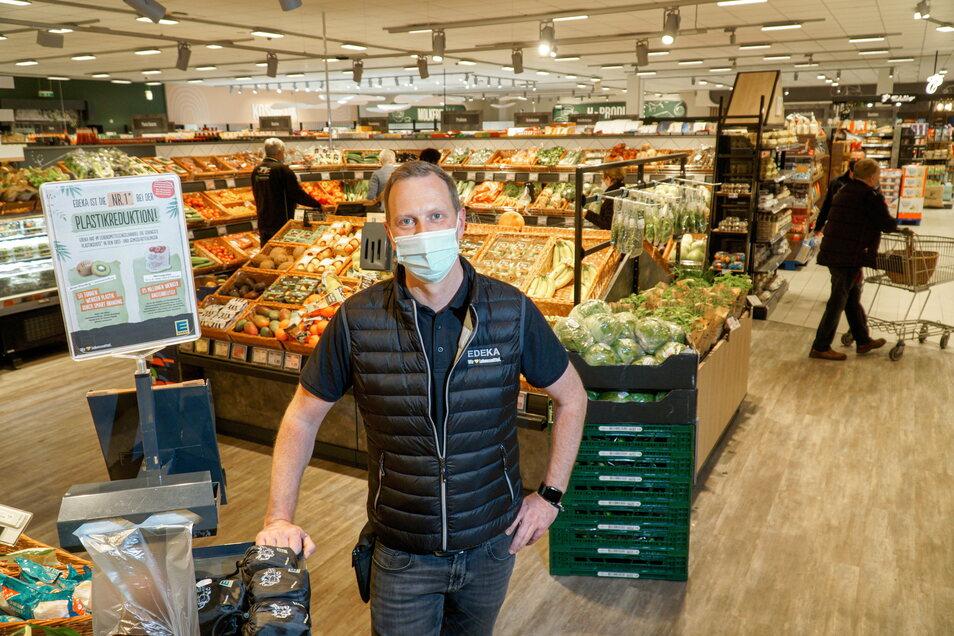 Marktleiter Ronny Nestler freut sich nach dem Umbau über die Neueröffnung seines Edeka-Marktes in Sohland/Spree.