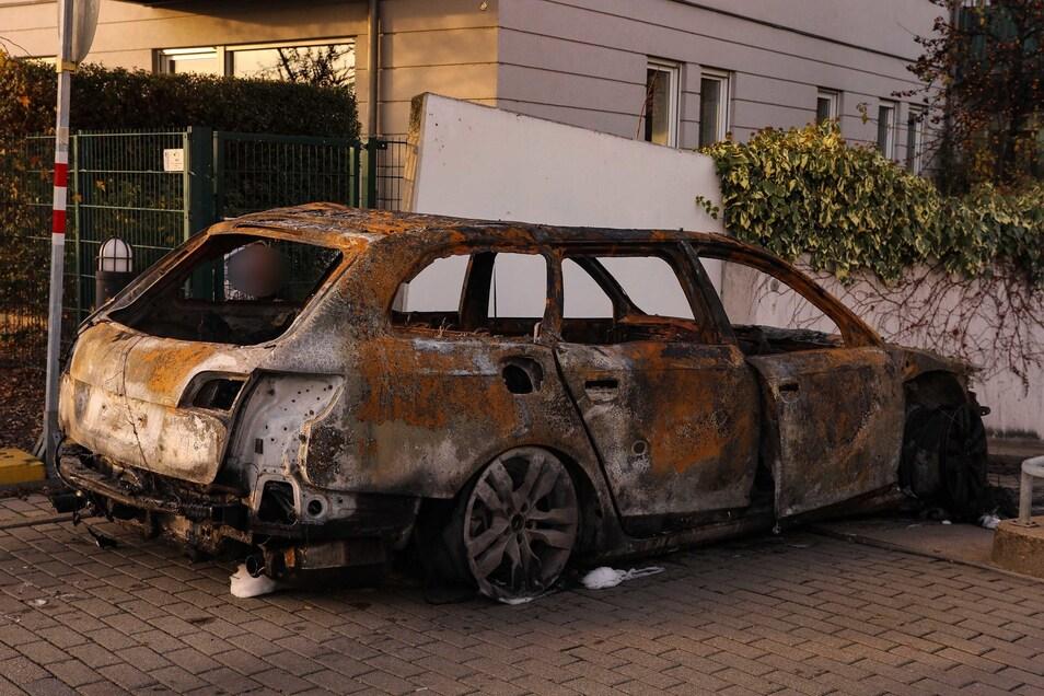 Der ausgebrannte Audi A6 wird von der Polizei untersucht.