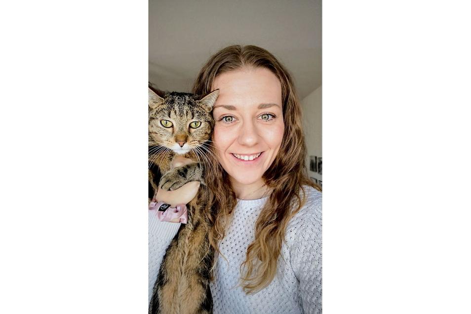 Eine Schmuseinheit: Maja Storck mit Kater Kiwi.