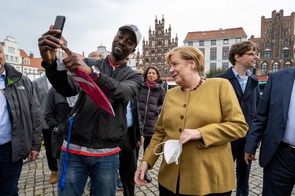 Etliche Passanten machten Selfies mit Angela Merkel.