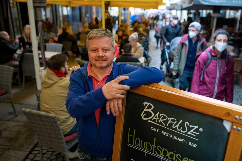 Gastwirt Henrik Dantz ist froh, in seiner Bar Barfusz am Leipziger Markt wieder Gäste bedienen zu können.