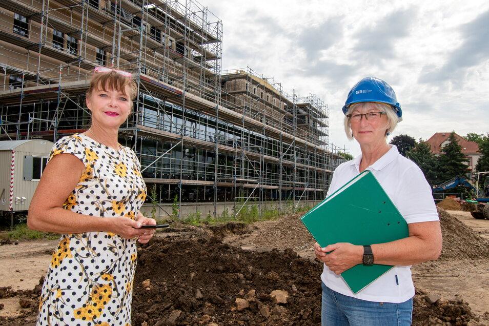 Ramona Winter, Projektverantwortliche vom Staatsbetrieb Immobilien und Baumanagement (SIB) und Kerstin Hegewald, Sachgebietsleiterin beim SIB vor dem ehemaligen Kasernengebäude.