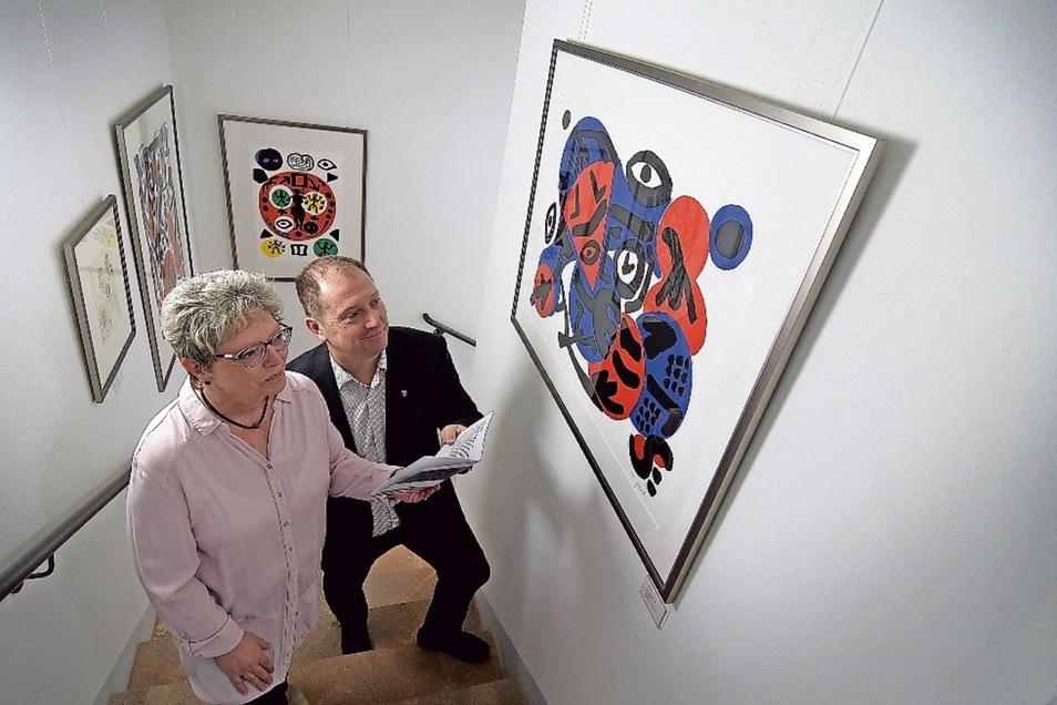 Barbara Hengst, Leiterin des Stadt- und Museumshauses, sowie Ingo Ließke, der sich ehrenamtlich um die Galerie der François Maher Presley-Stiftung für Kunst und Kultur kümmert, schauen sich die neue Kunsttreppe im Museumshaus an.