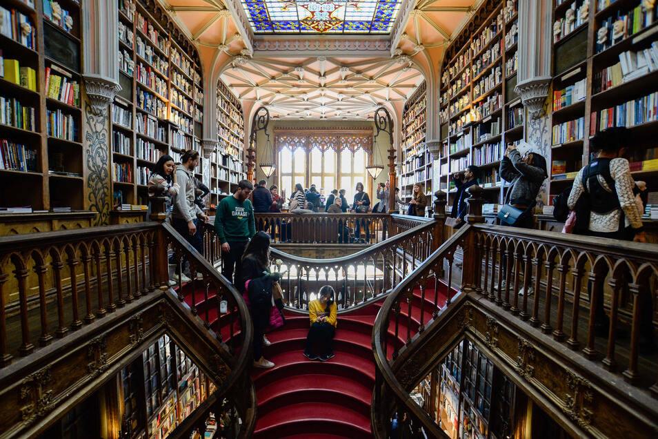 Die Livraria Lello ist eine Buchhandlung in der portugiesischen Stadt Porto. Sie zählt zu den schönsten Buchläden Europas und der Welt.