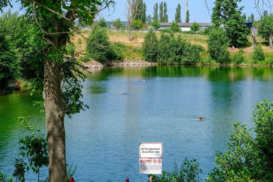 Grüne und erfrischende Oase im Westen von Radebeul - das Lößnitzbad. Die Wassertemperatur beträgt derzeit um die 20 Grad.
