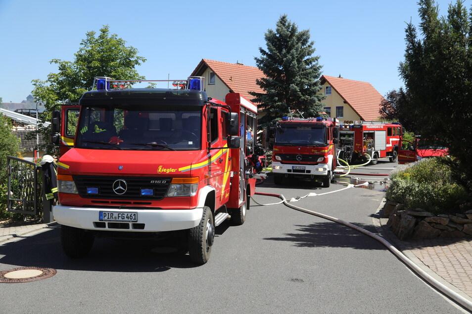Rund 50 Kameraden der Feuerwehr beteiligten sich an der Brandbekämpfung.