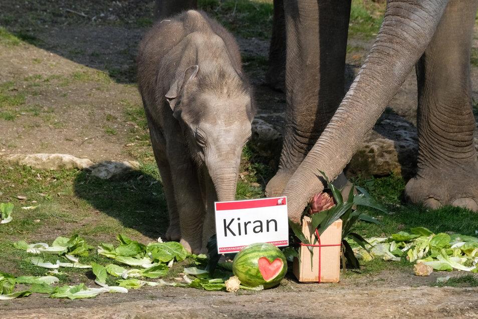 Endlich nicht mehr namenlos: Kiran bei der Taufzeremonie.