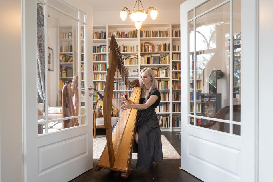 Marianna Korsh spielt Harfe und singt gälische Lieder. Doch wegen der Corona-Beschränkungen kann sie öffentlich nicht auftreten. Sie freut sich über die Lichtblick-Unterstützung.