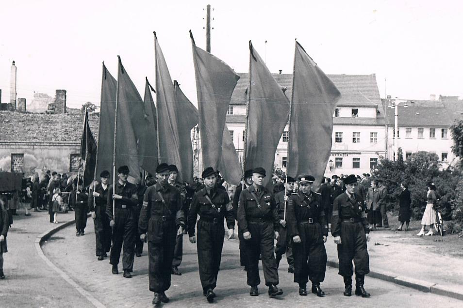Zwei Bilder aus der Foto-Serie zeigen den Trauerzug vom Hoyerswerdaer Rathaus vermutlich zum Friedhof. Einer der Särge wurde von Zimmerleuten flankiert.