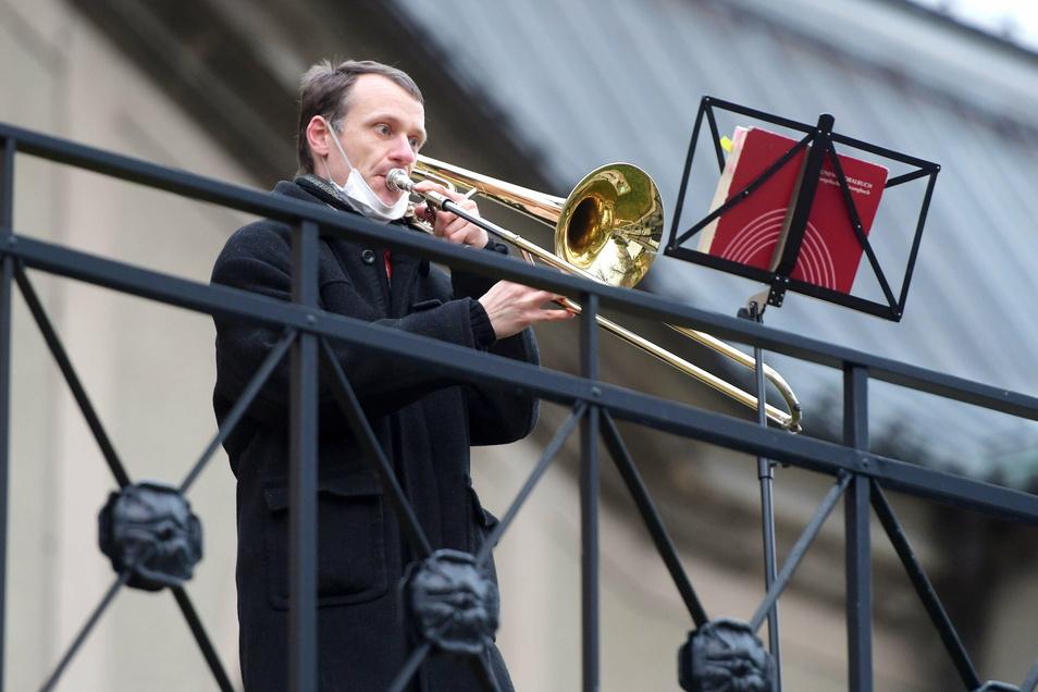 Mit seinem Posnauenspiel vor der Ebersbacher Kirche verbreitete Kantor Amadeus Egermann weihnachtliche Stimmung.