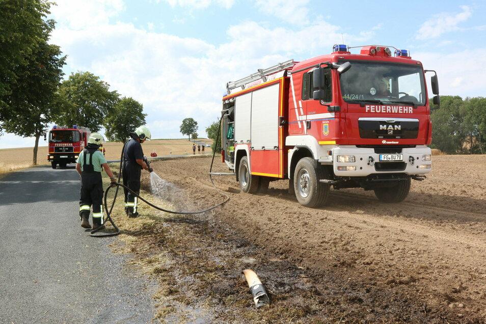 Am 28. Juli war die Harthaer Feuerwehr mit zwei Fahrzeugen in Saalbach im Einsatz. Während die Kameraden den in Brand geratenen Randstreifen löschten, haben Landwirte mit einem Pflug die Fläche vor der Ausbreitung des Feuers geschützt.