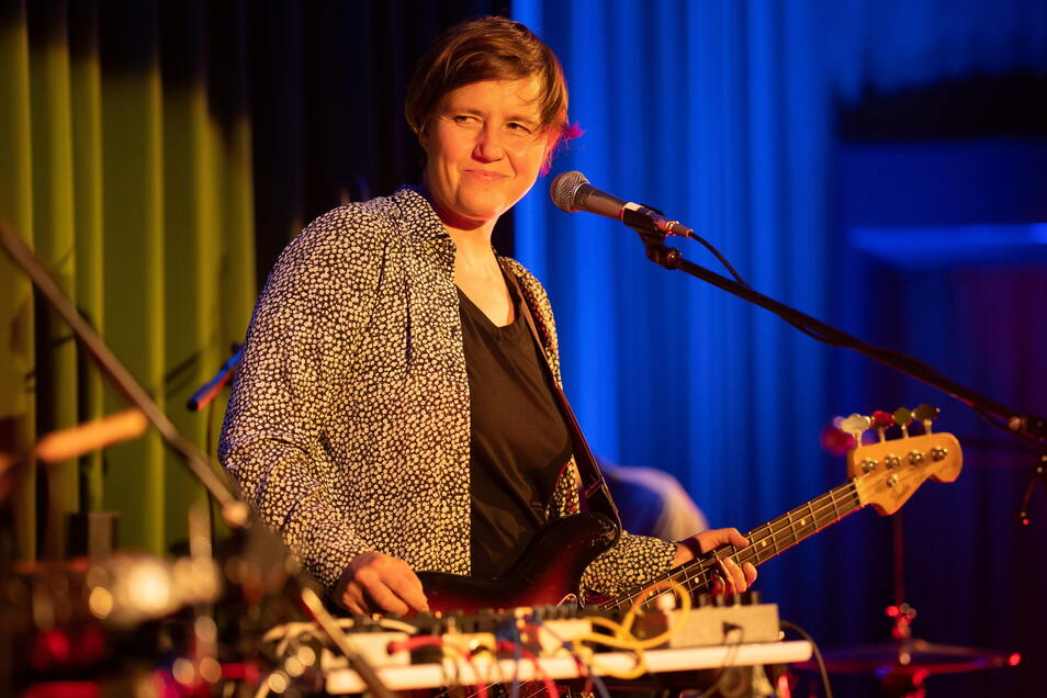 Beim Konzert in Dresden wechselte Masha Qrella von der Gitarre zum Bass, zum Keyboard.