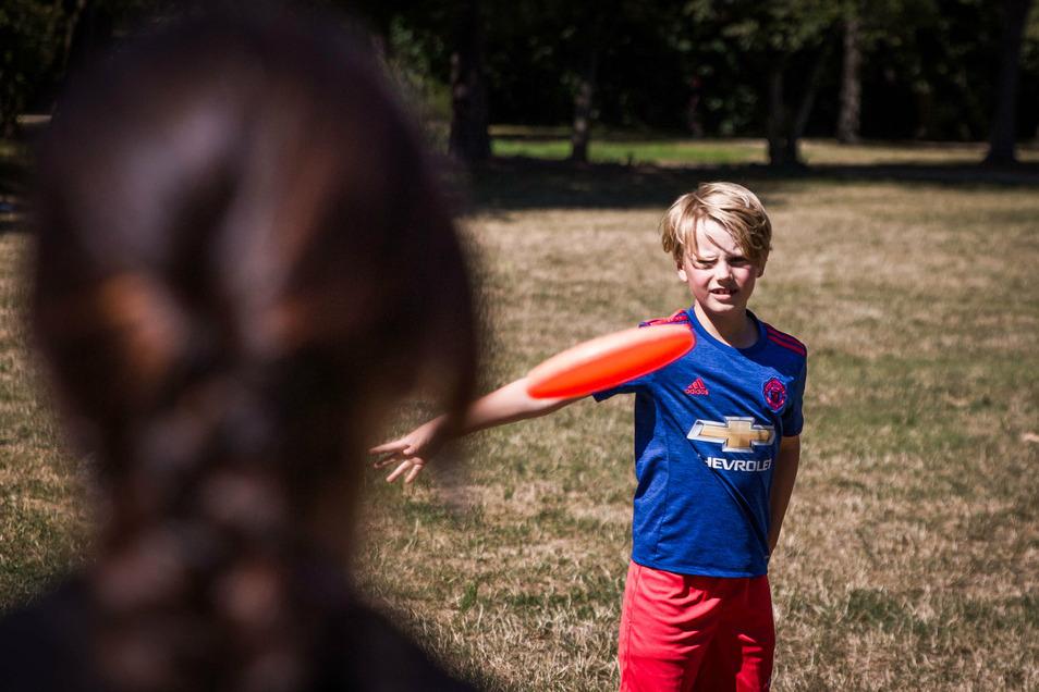 Kurt lässt die Frisbee-Scheibe im Großen Garten fliegen.