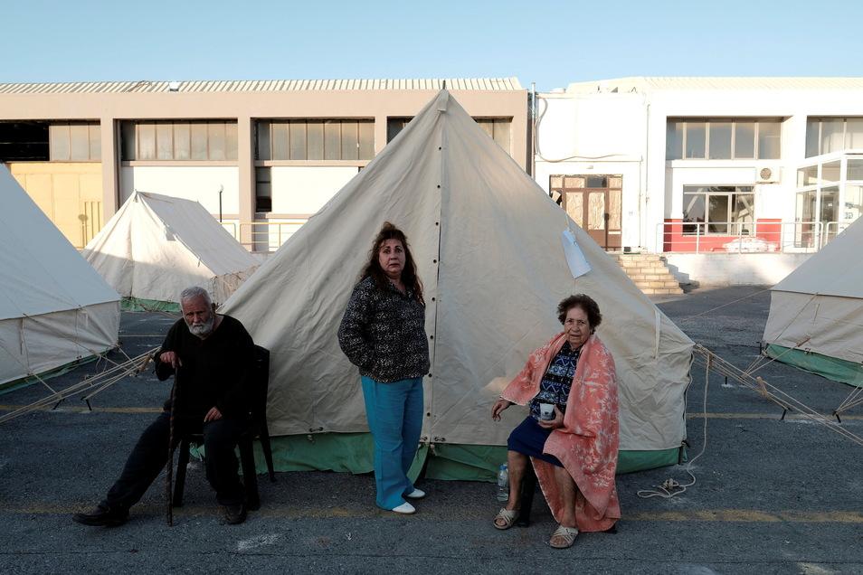 Menschen sitzen bzw. stehen vor ihren Zelten im Dorf Arkalochori auf der südlichen Insel Kreta. Erneut hat ein Beben am Dienstagmorgen die Mittelmeerinsel Kreta erschüttert.
