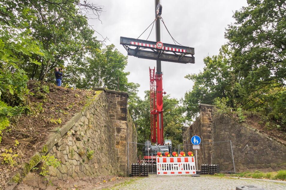 Ausgehoben: Freitagmittag schwebte die jüngst bei einem Unfall beschädigte Bahnbrücke über dem Bahndamm bei Nickritz.