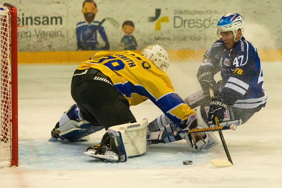 Torhüter Mac Carruth, der in dieser Szene gegen Angreifer Vladislav Filin von den Dresdner Eislöwen hält, spielt am Dienstag nicht mit den Lausitzer Füchsen gegen die Eispiraten Crimmitschau.