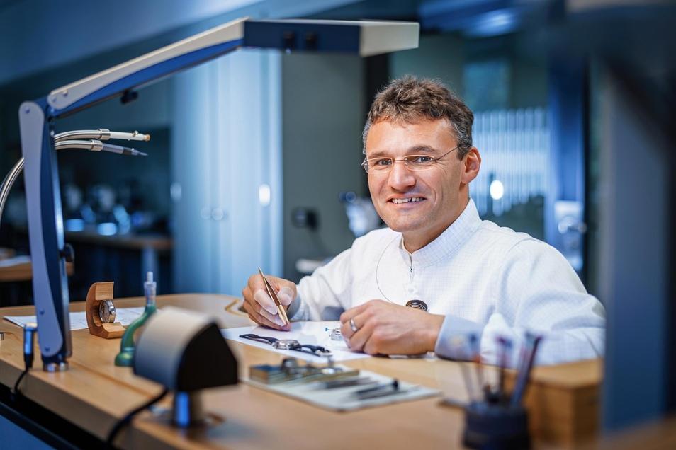 Steffen Heerklotz hat zwei Berufe und zwei Meistertitel. Jetzt arbeite er als Uhrmachermeister in der Luxusuhrenmanufaktur Lange in Glashütte.