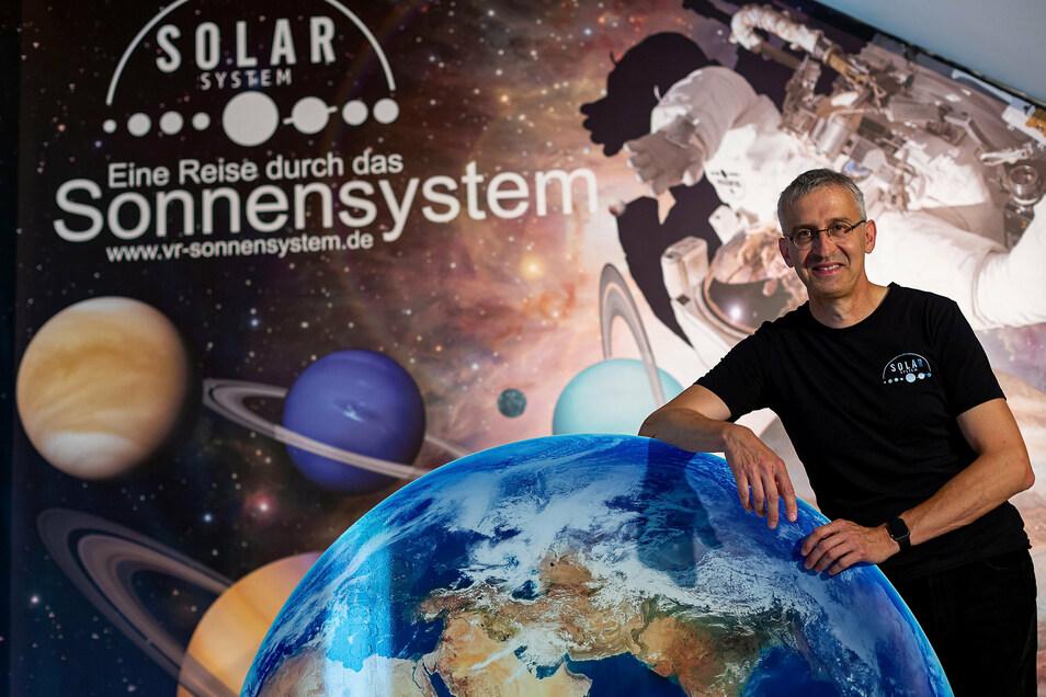 Torsten Zimmermann bereitet die mittlerweile zweite Weltraumausstellung vor. Wer will, kann dort einen Ausflug ins All erleben.