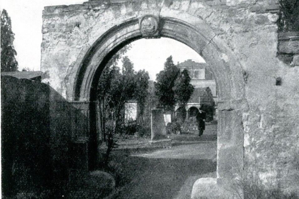 Portal des einstigen Nikolaifriedhofs auf dem Gelände des heutigen Friedensparks. Der Friedhof wurde 1870 aufgegeben und Anfang des 20. Jahrhunderts zu einem Stadtpark umgestaltet.