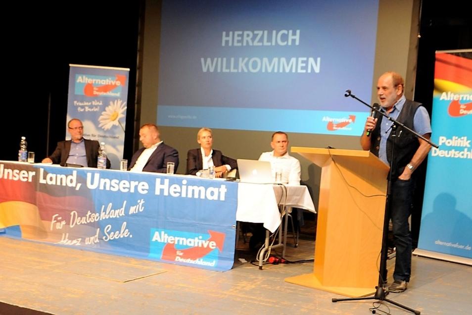 """Überraschungsgast Siegmar Faust (re.) war politischer Häftling in der DDR und bis 1999 Landesbeauftragter für die Stasi-Unterlagen in Sachsen. Von seinen Ausführungen war Alice Weidel (Mi.) nach eigener Aussage """"zutiefst berührt""""."""