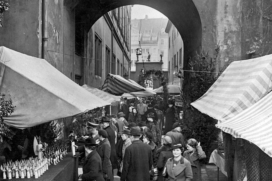 Vor 1945: Der Striezelmarkt im alten historischen Stallhof.