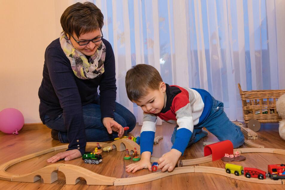 Glückliche Zeit im Kinderzimmer. Sandy Scholze aus Kamenz will für ihren Sohn Florian stark sein.