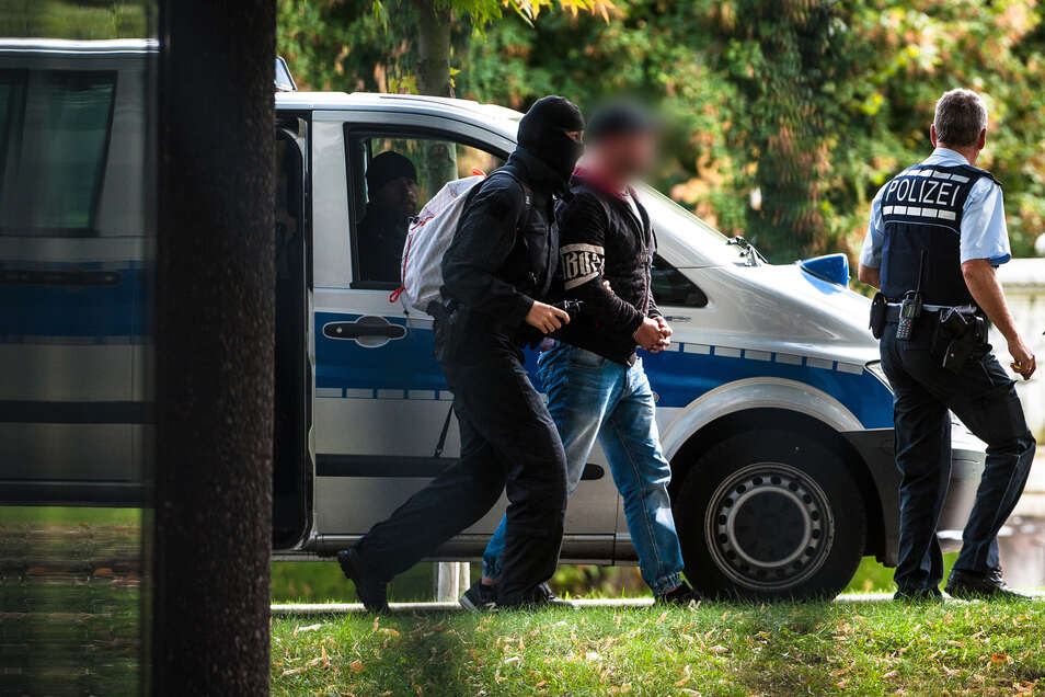 """Einer der Männer der rechtsterroristischen Organisation """"Revolution Chemnitz"""" wird von Polizisten abgeführt."""