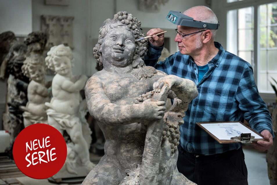 """Frank Hoferick begutachtet die Skulptur """"Der Herbst"""", deren Restaurierung in der Zwingerbauhütte schon weit fortgeschritten ist."""