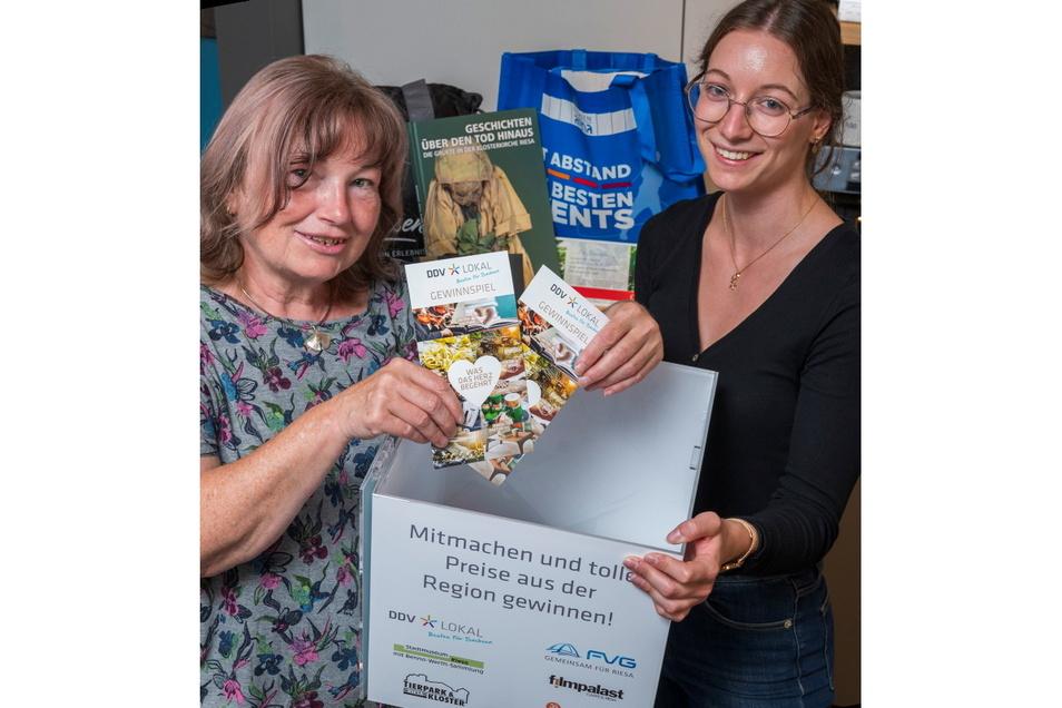 Zwei Losfeen in Aktion: Elke Mattusch (l.) und Sarah Weidelhofer zogen am Montag die Gewinner der DDV-Verlosung.