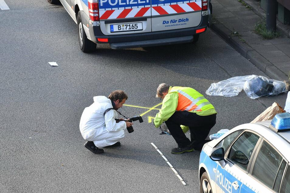 Ermittler arbeiten auf der Berliner Stadtautobahn A100 in Höhe der Ausfahrt Alboinstraße.