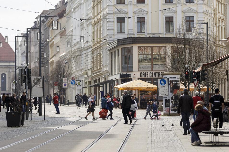 Quarantäne? Fehlanzeige. Auf der Berliner Straße herrscht an diesem Dienstagvormittag reges Treiben.