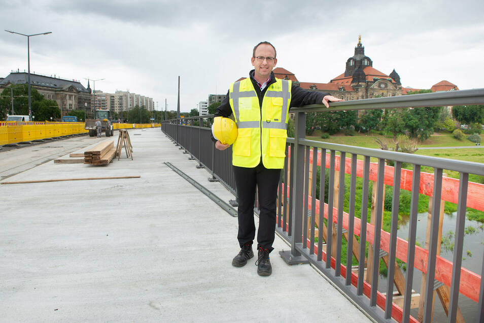 Brücken-Abteilungsleiter Andreas Gruner freut sich, dass der Bau des neuen Geh- und Radweges auf der Carolabrücke weit fortgeschritten ist. Auf der Neustädter Seite stehen schon die Geländer.