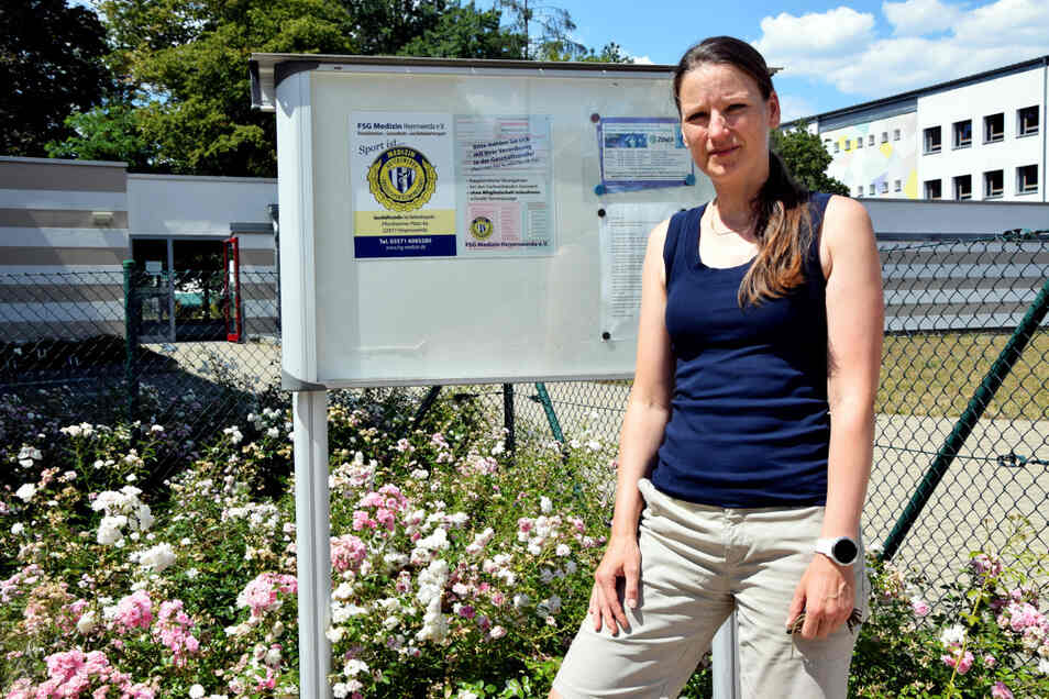 Anke Stefaniak vor dem Eingang zur Turnhalle des Förderzentrums für Körperbehinderte Hoyerswerda. Hier finden diverse Kurse der FSG Medizin statt.