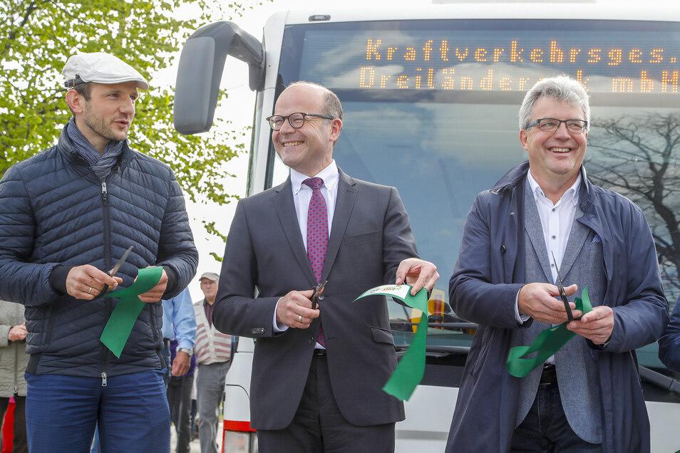Landtagsabgeordneter Stephan Meyer, Minister Oliver Schenk (beide CDU) und Großschönaus Bürgermeister Frank Peuker (SPD) (von links) gehörten zu denjenigen, die symbolisch das Band zur Eröffnung der Verknüpfungsstelle durchschnitten.