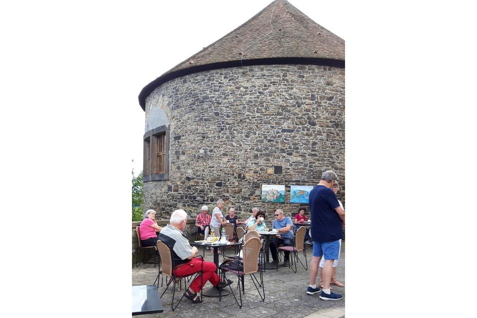 Das gibt es sonst nicht: Stühle, Tische und Kaffee auf dem Gelände der Dohnaer Burg.
