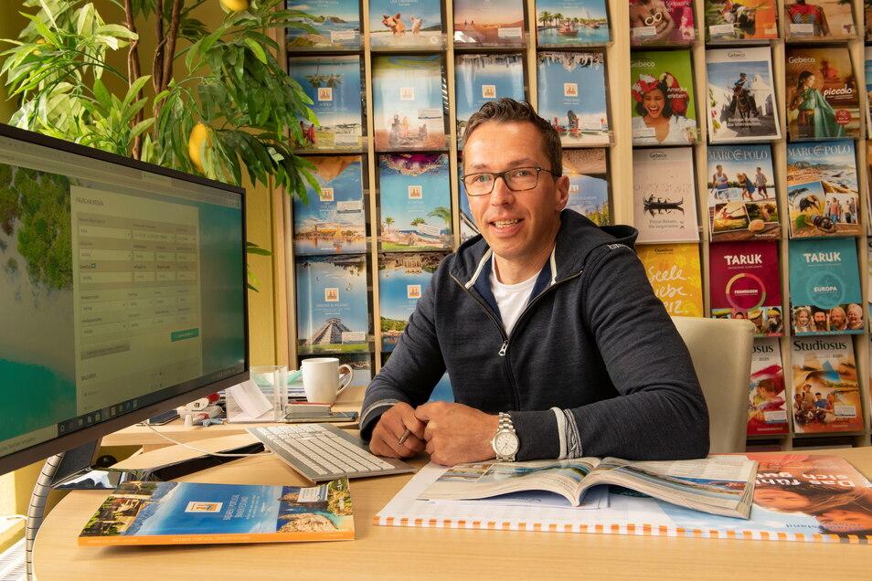 Endlich hat er wieder gut lachen: Björn Klotzsche von Evis Reiseladen in Großenhain kann seit dieser Woche loslegen. Auch in der Röderstadt wird Richtung Urlaub gedacht und gebucht.