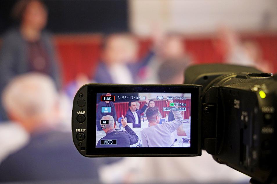 Die Kamera läuft, während der OB die Sitzung des Stadtrats leitet: Das Szenario aus unserer Montage könnte Realität werden - wenn sich für den Antrag der Fraktion Gemeinsam für Riesa eine Mehrheit findet.
