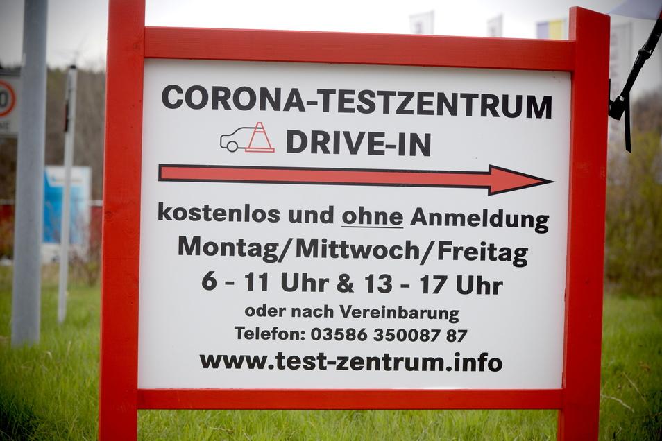 Die Hinweistafel für das Drive-in-Corona-Testzentrum in Seifhennersdorf.