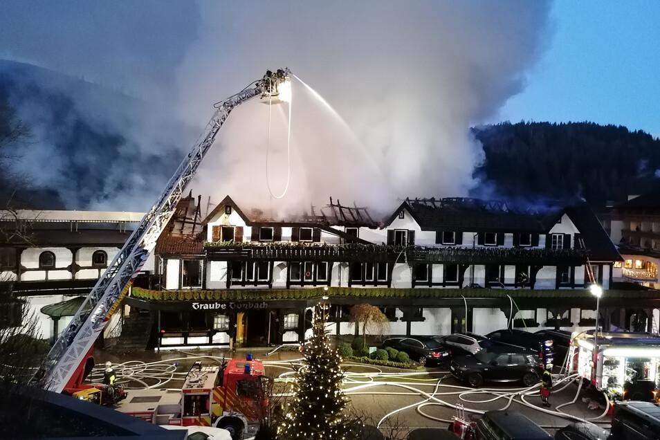 """Ein Feuer zerstörte in der Nacht zum 5. Januar das älteste deutsche Drei-Sterne-Restaurant """"Schwarzwaldstube"""" und die mit einem Stern ausgezeichnete """"Köhlerstube""""."""
